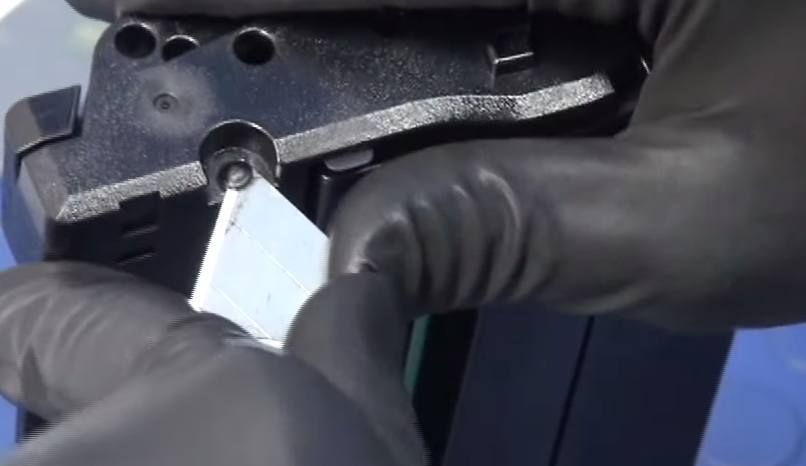 Срезаем заклёпки на картридже